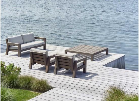 Фото 1. Садовый комплект мебели из дерева на террасу